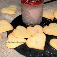 Kruche ciasteczka i krem malinowy